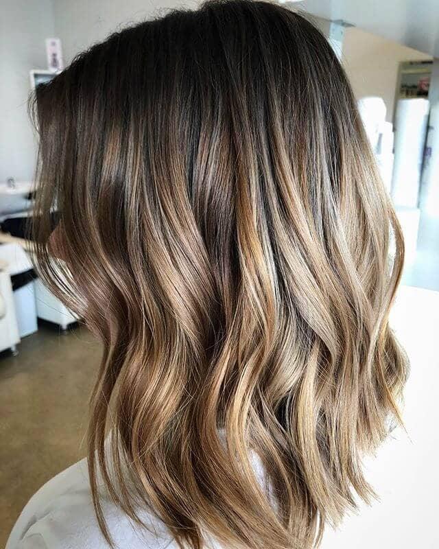 Gradient de couleur blond pêche dans les cheveux courts