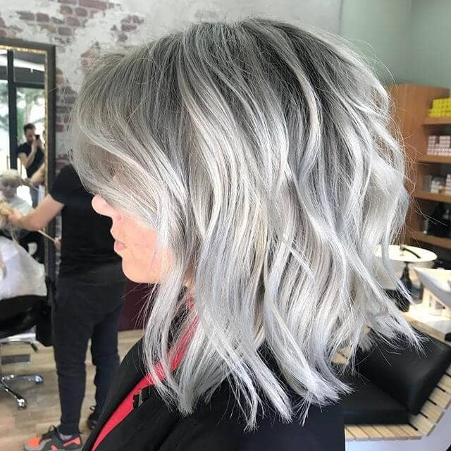 Mature et Silver Long Bob