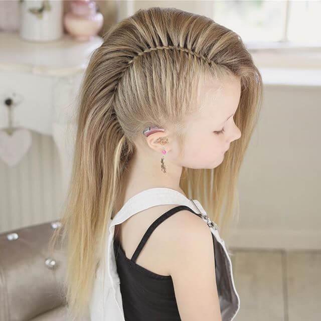 Le style de la jeune fille mohawk à moitié coupée