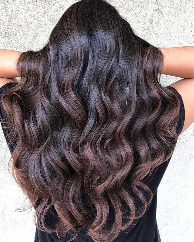Coiffure pour cheveux bruns avec une brume violette