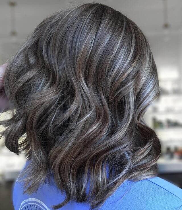 Cheveux bruns foncés multicouches aux tons froids