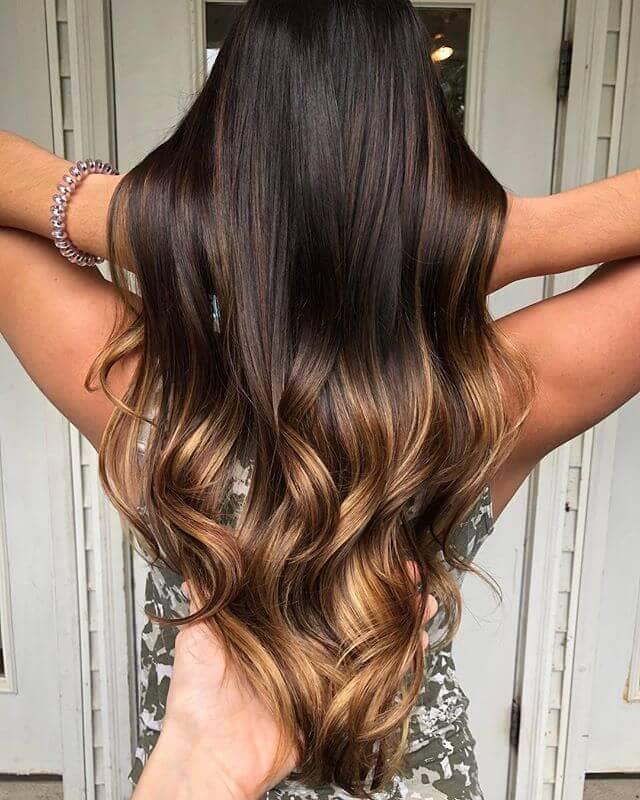 De longues mèches brunes se fondent dans un beau blond rougissant