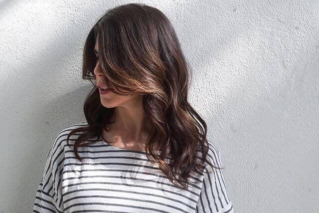 Une jolie coiffure classique avec des boucles