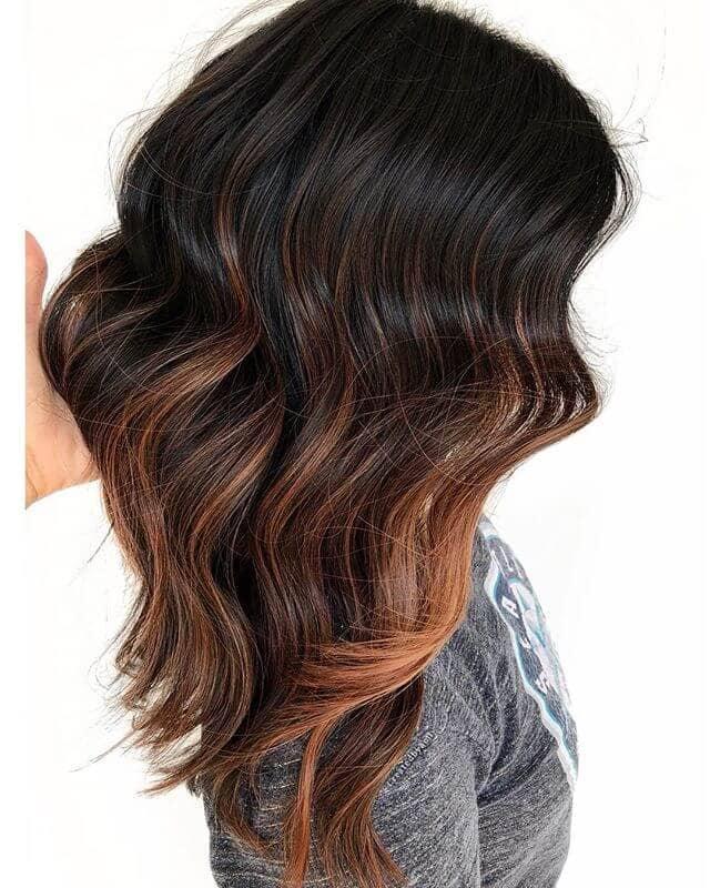 Vagues de cheveux brun foncé au ton chaud