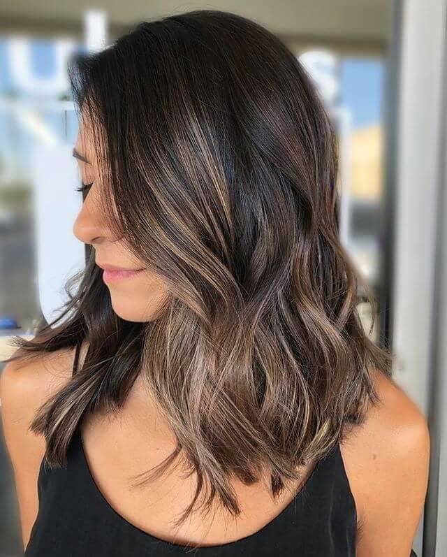 Une jolie coiffure marron foncé pour les femmes