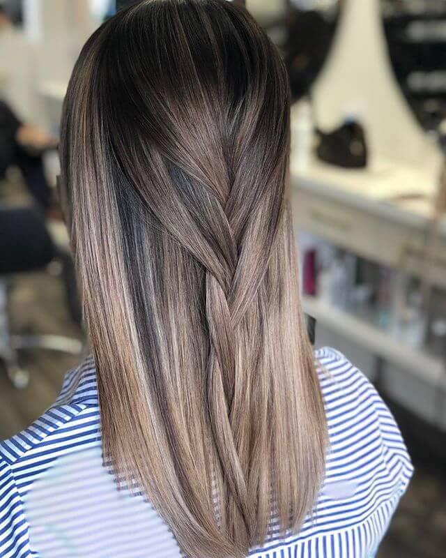 Une tresse souple et lisse pour des cheveux droits