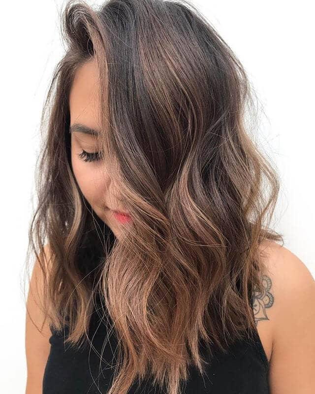Un look simple et bouclé pour des cheveux longs