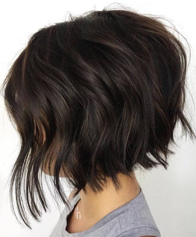 Un style mignon pour les filles aux cheveux bruns foncés