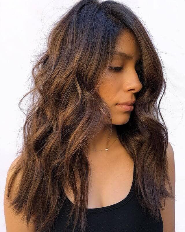 Cheveux bruns bouclés au milieu
