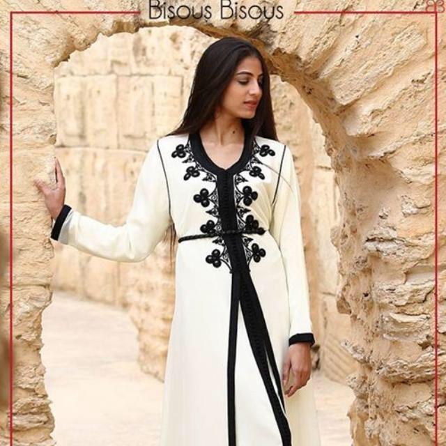 modèle caftan tunisien blanc avec bordures en noir tendance 2020 - Bisous Bisous