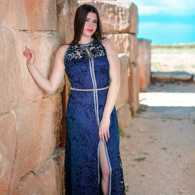 Caftan tendance 2020 - caftan chic bleu roi modele chez Bisous Bisous haute couture.