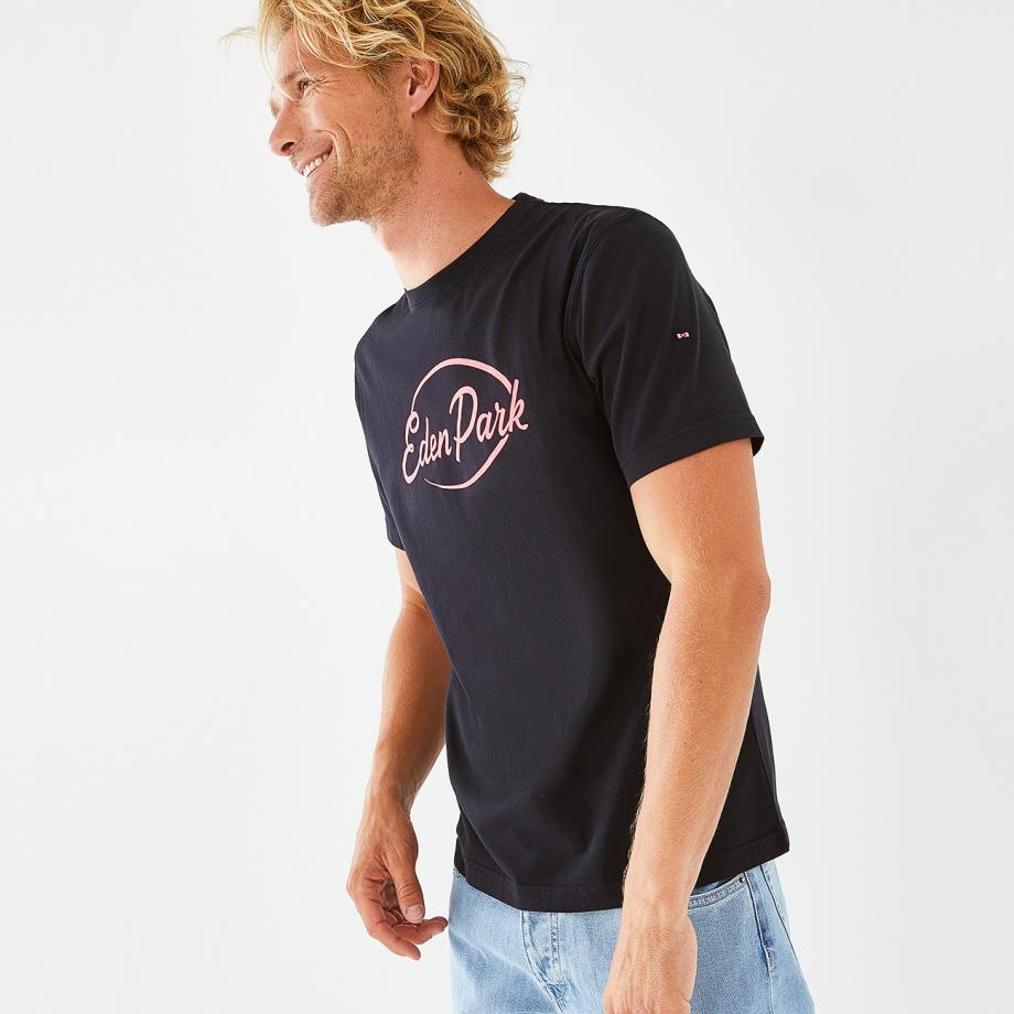 Un logo Eden Park sérigraphié à l'encre fluo twiste ce t-shirt à col rond faussement classique. Un modèle essentiel réalisé en jersey de coton doux qui insuffle une belle touche de couleur et de fantaisie à votre vestiaire de saison.
