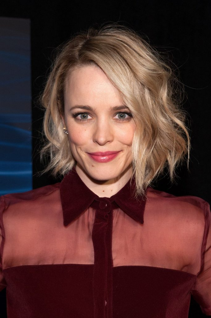 Le blond est une coloration en vogue à combiner avec une coupe de cheveux courte femme pour un résultat sublime