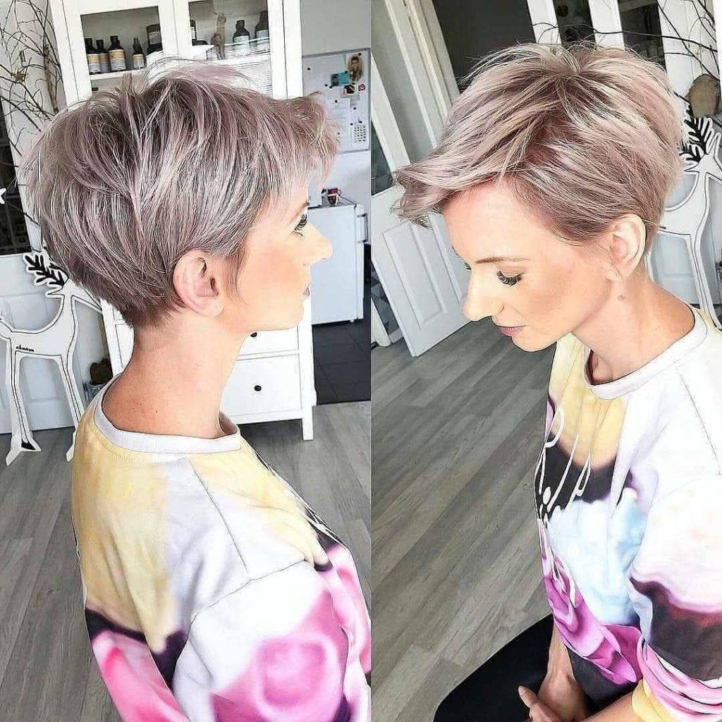 Pensez toujours à ajouter un accessoire pour personnaliser votre coiffure. Voilà une coupe courte femme charmante