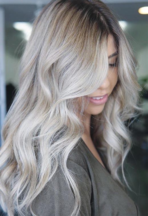 Pour les cheveux blonds cendrés, un peu de platine ici et là permet de passer du brun au blond, même si le reste des cheveux reste de couleur moyenne.