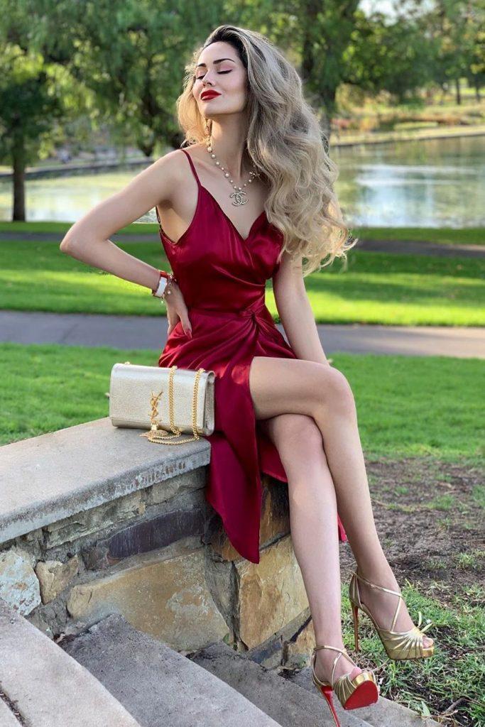Chaussures dorées avec robe bordeaux pour soirée, un look très chic