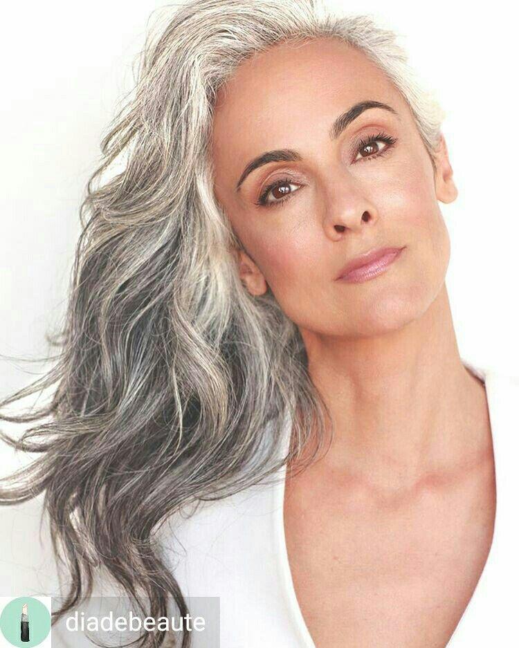 Coiffure pour Cheveux longs et bouclés tendance, cheveux gris